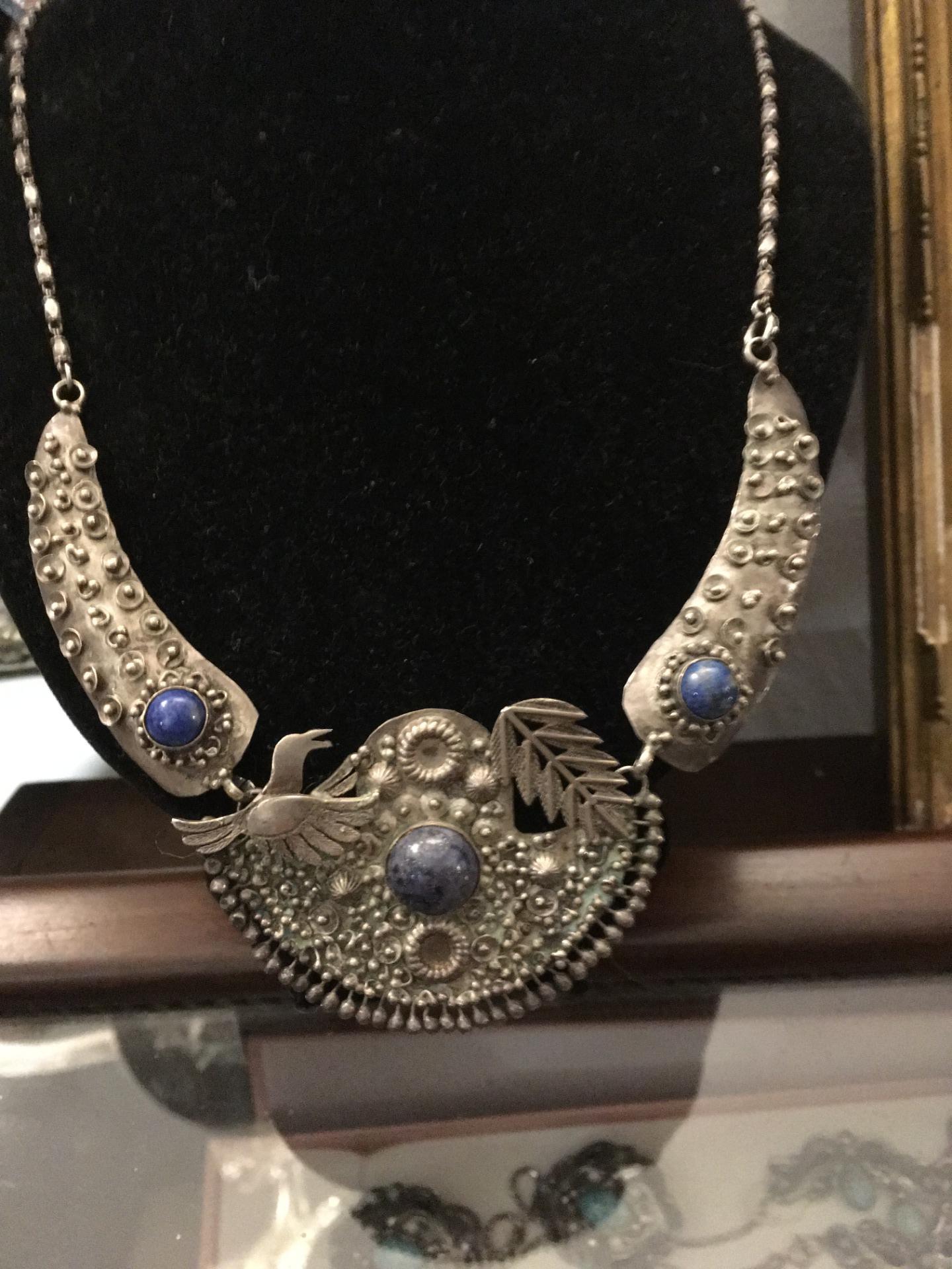 thumb4|Collana in argento e lapislazzuli