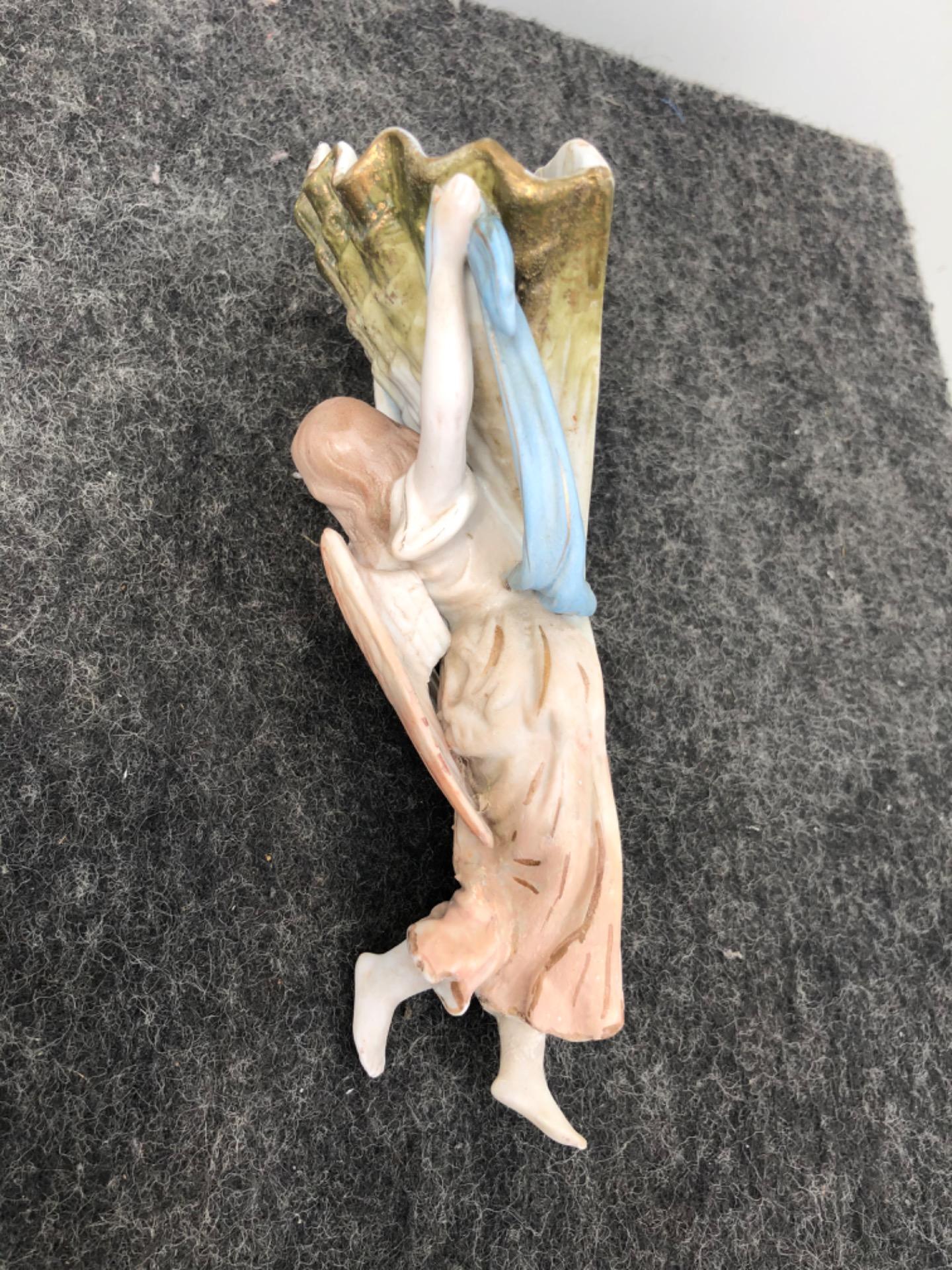 thumb3 Acquasantiera in porcellana bisquit raffigurante angelo di spalle che regge la coppa a conchiglia.Italia.