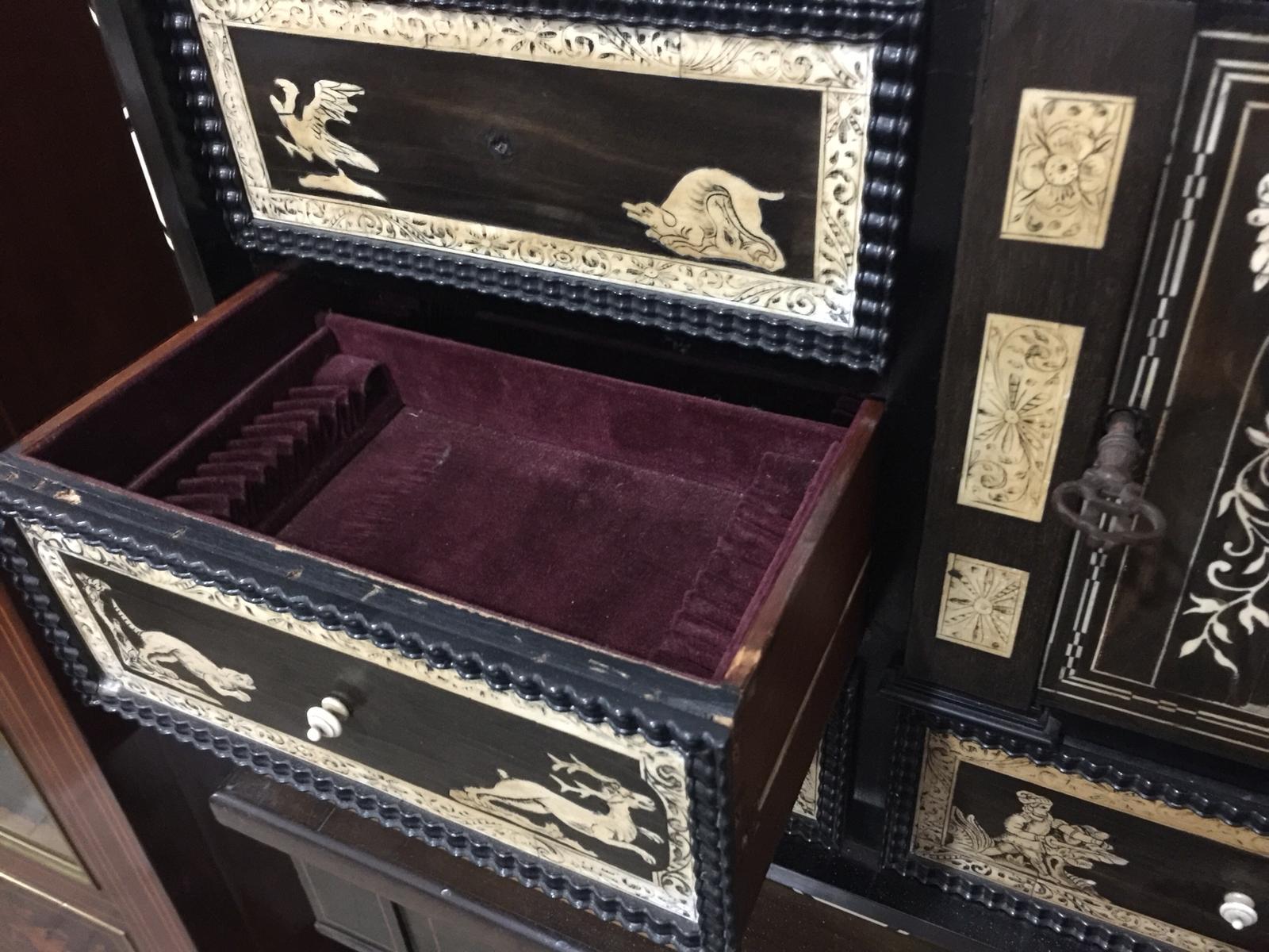 thumb9|Monetiere in ebano violetto e palissandro con intarsi in avorio