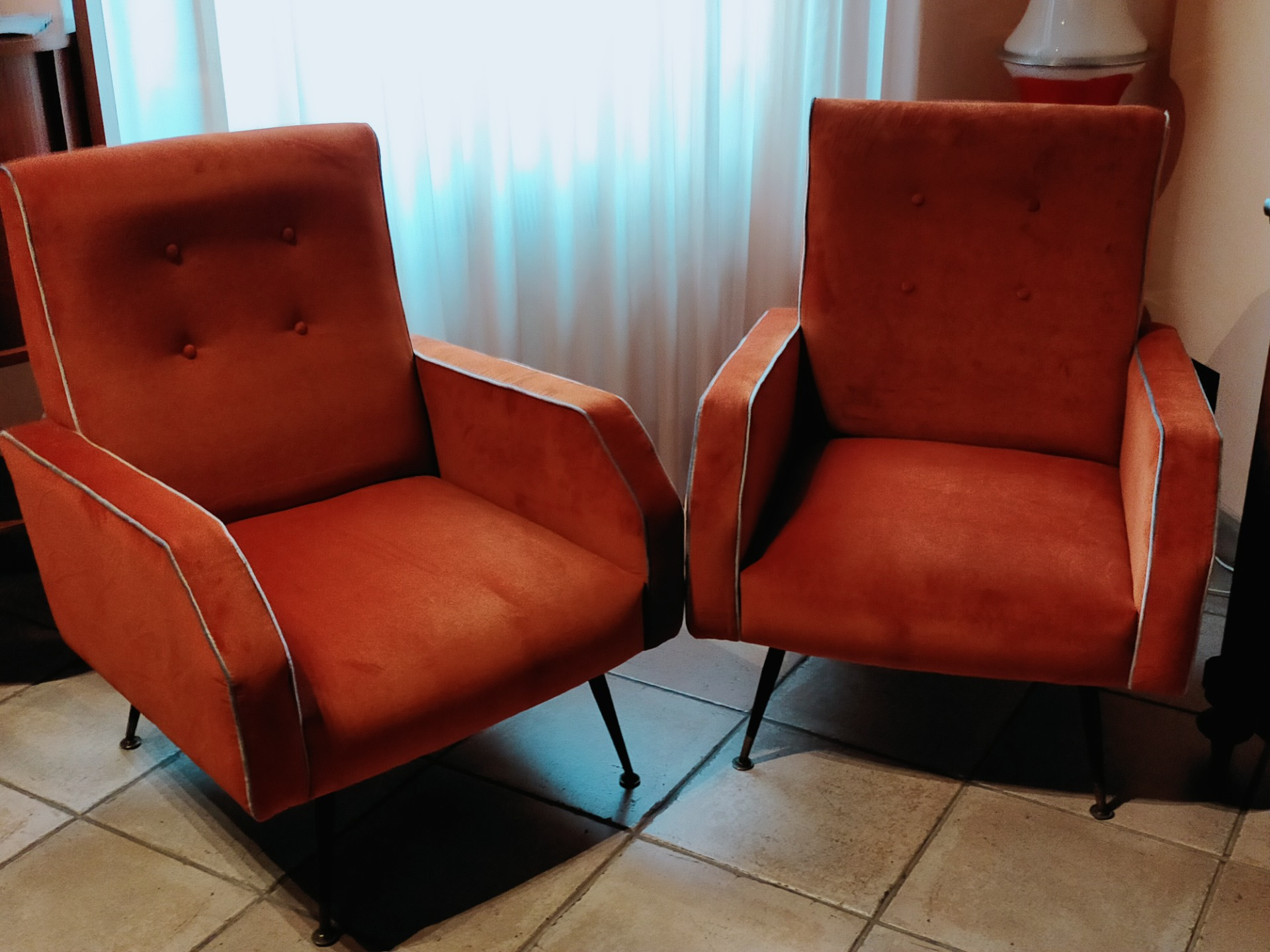 Elegante coppia di poltrone rivestite in velluto , anni 50,in perfette condizioni