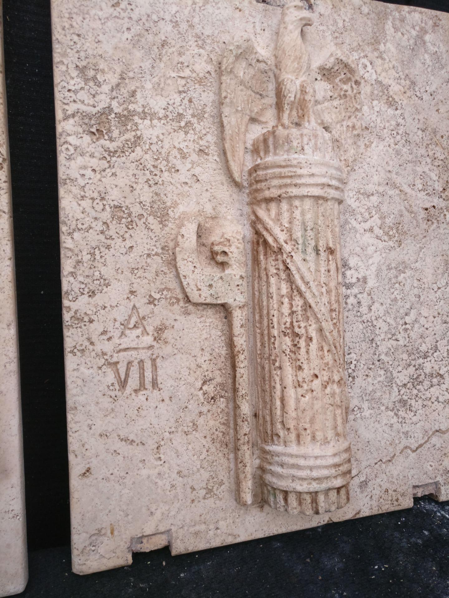 thumb5 Magnifica Coppia di Fasci Littori in Travertino - Stemmi da muro - 32 x 40 cm - Roma - 1927/28