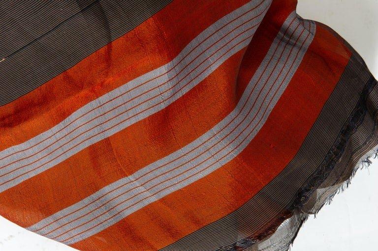thumb2|Antico Sari indiano colore marrone, bordo rosso mattone ed oro
