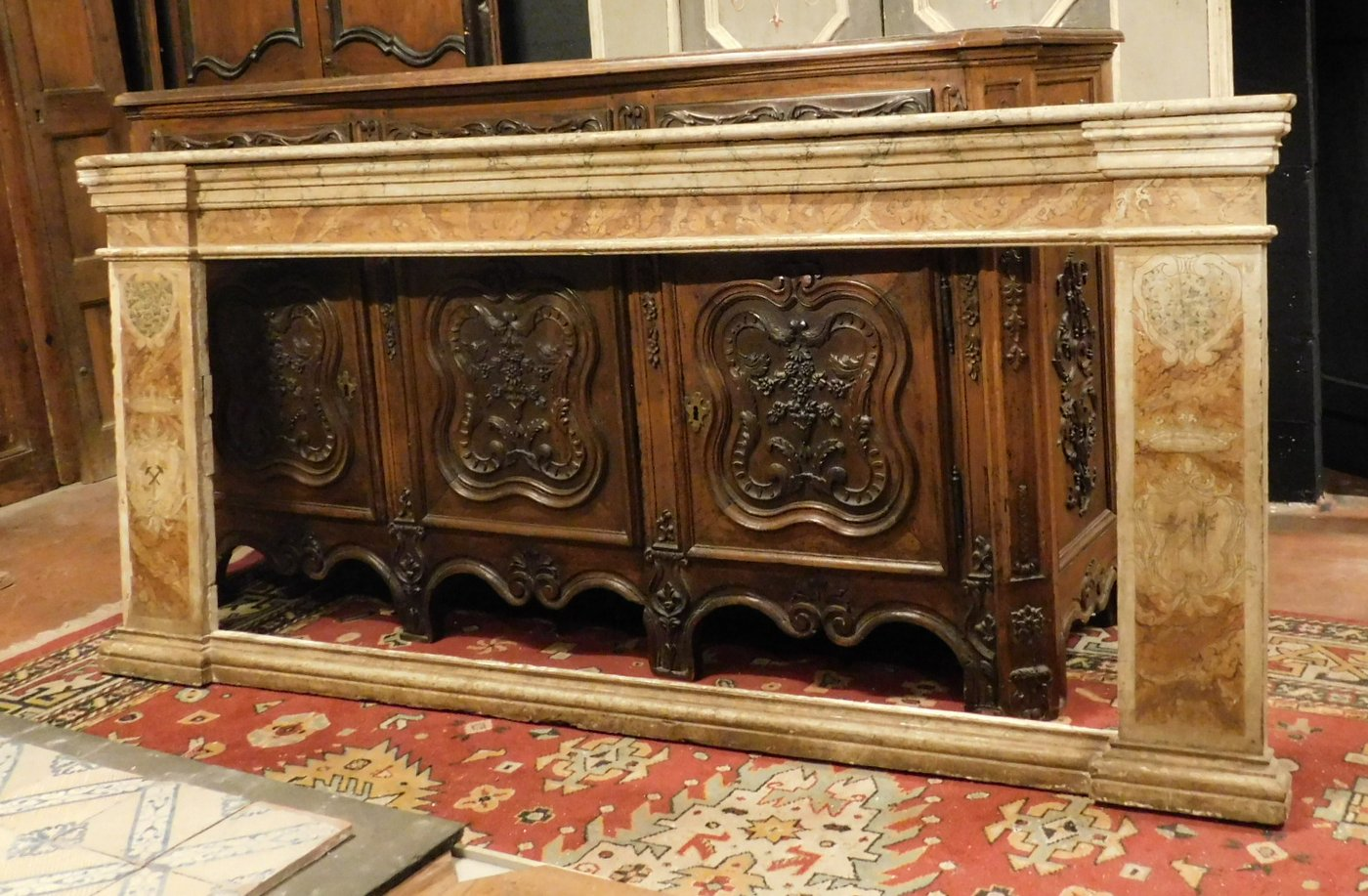 A pan209 telaio laccato finto marmo, con capitelli mis. larg. cm 233 x h 105, epoca '700