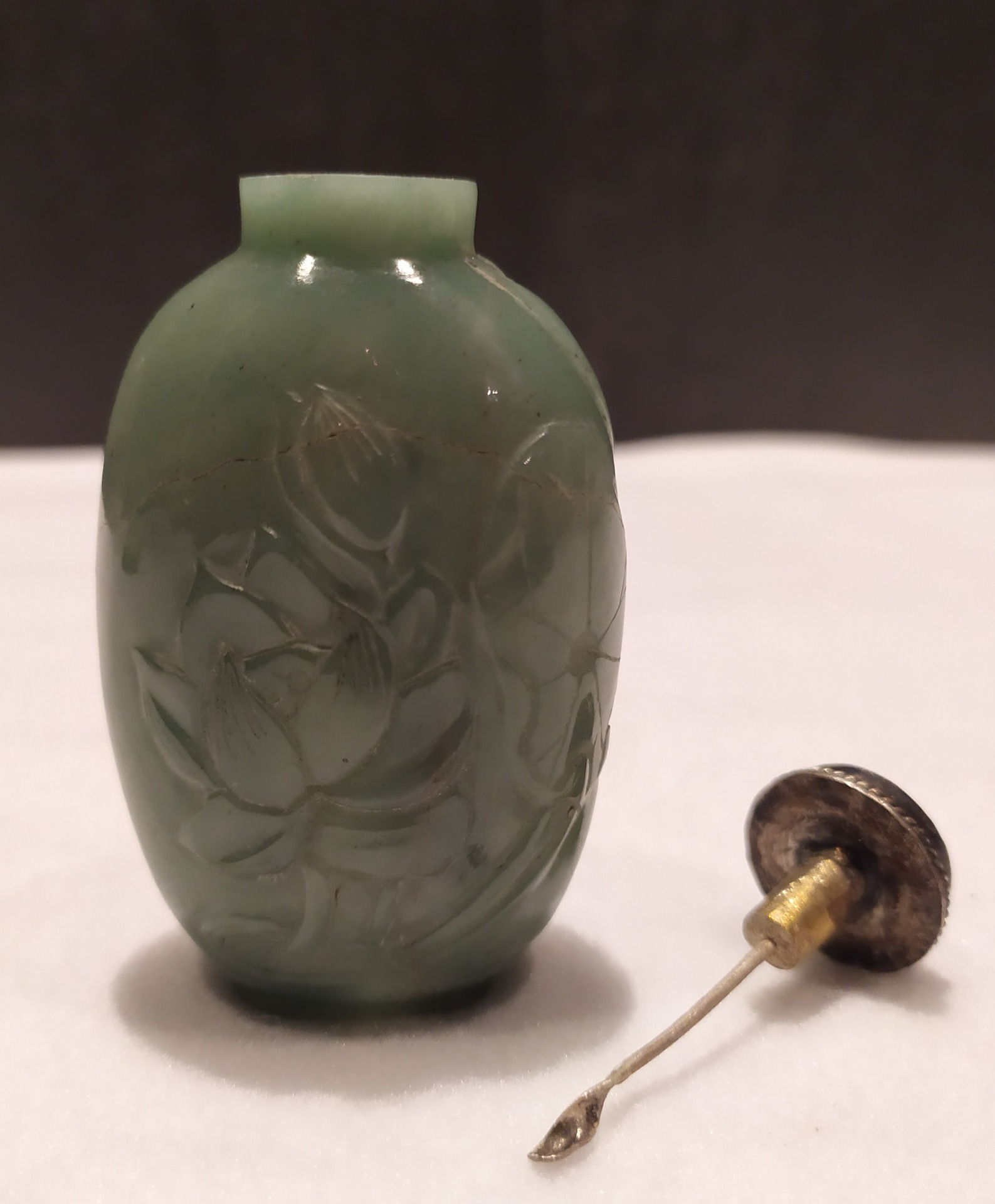 thumb6|Snuff bottle, porta tabacco fiuto, giada verde motivi floreali, Cina XX secolo