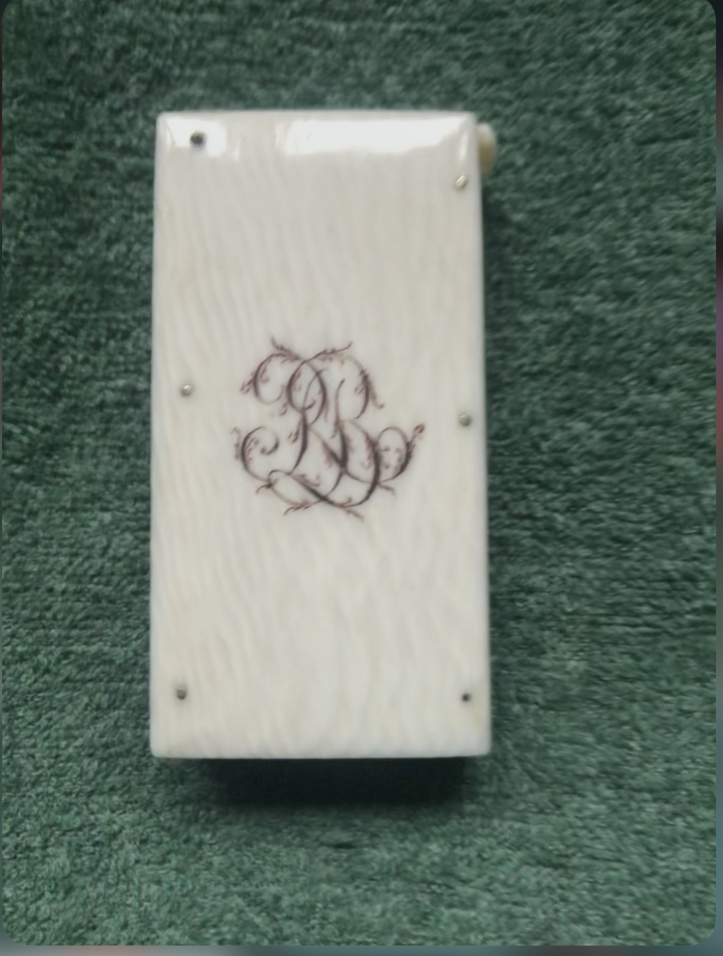 Scatolina porta-fiammiferi in avorio com iniziali incise.