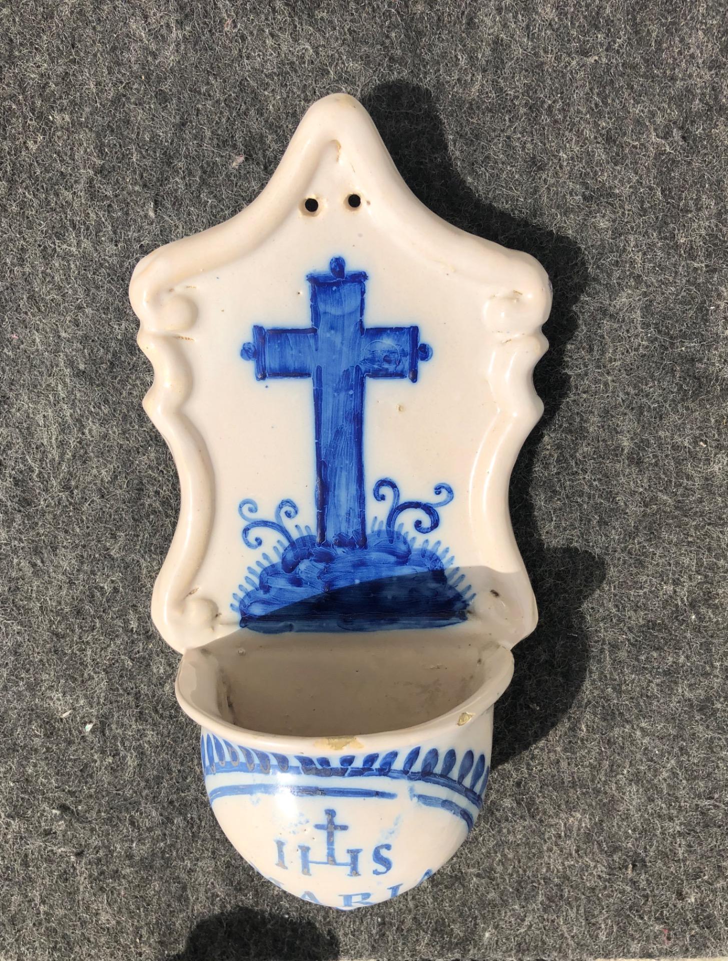thumb3|Acquasantiera conventuale in maiolica decorata con croce e simbolo Bernardiniano.Liguria.