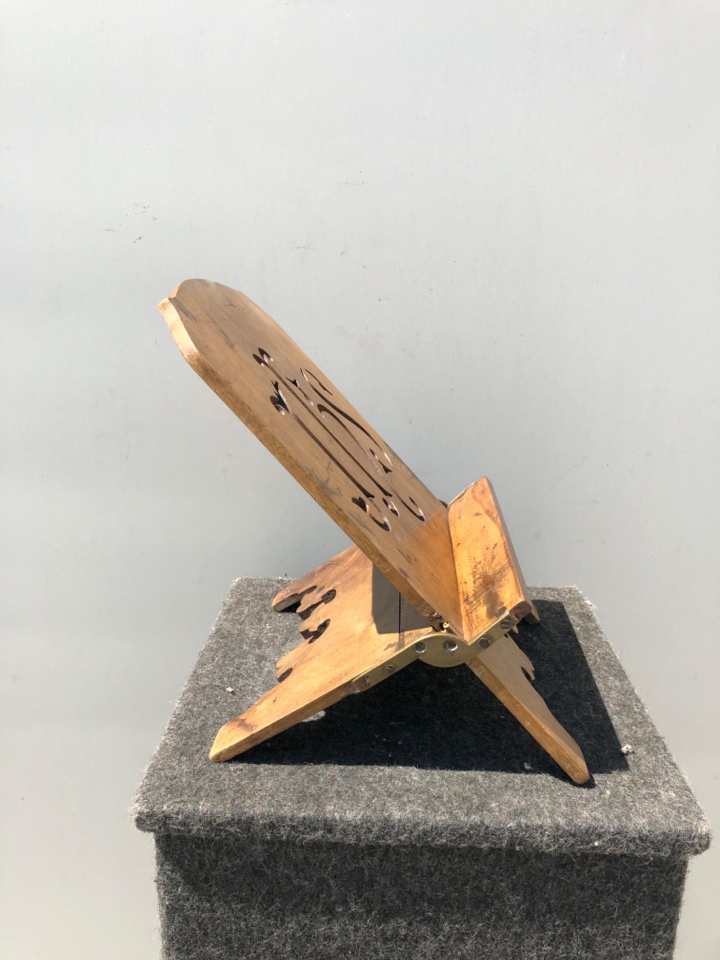 thumb4|Leggio regolabile in legno intagliato e dorato con motivo IHS di San Bernardino.