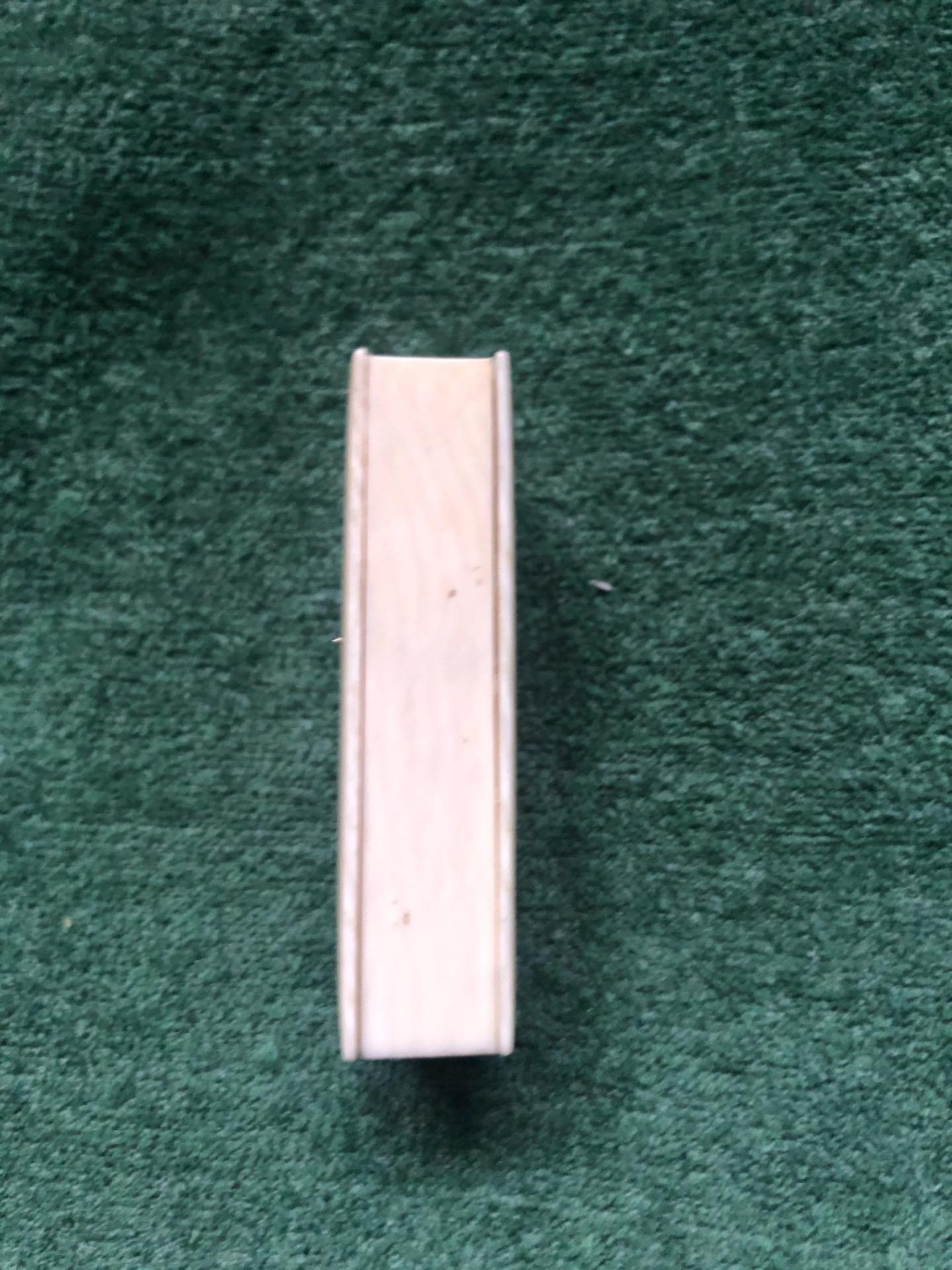 thumb6|Scatolina porta-fiammiferi in avorio com iniziali incise.