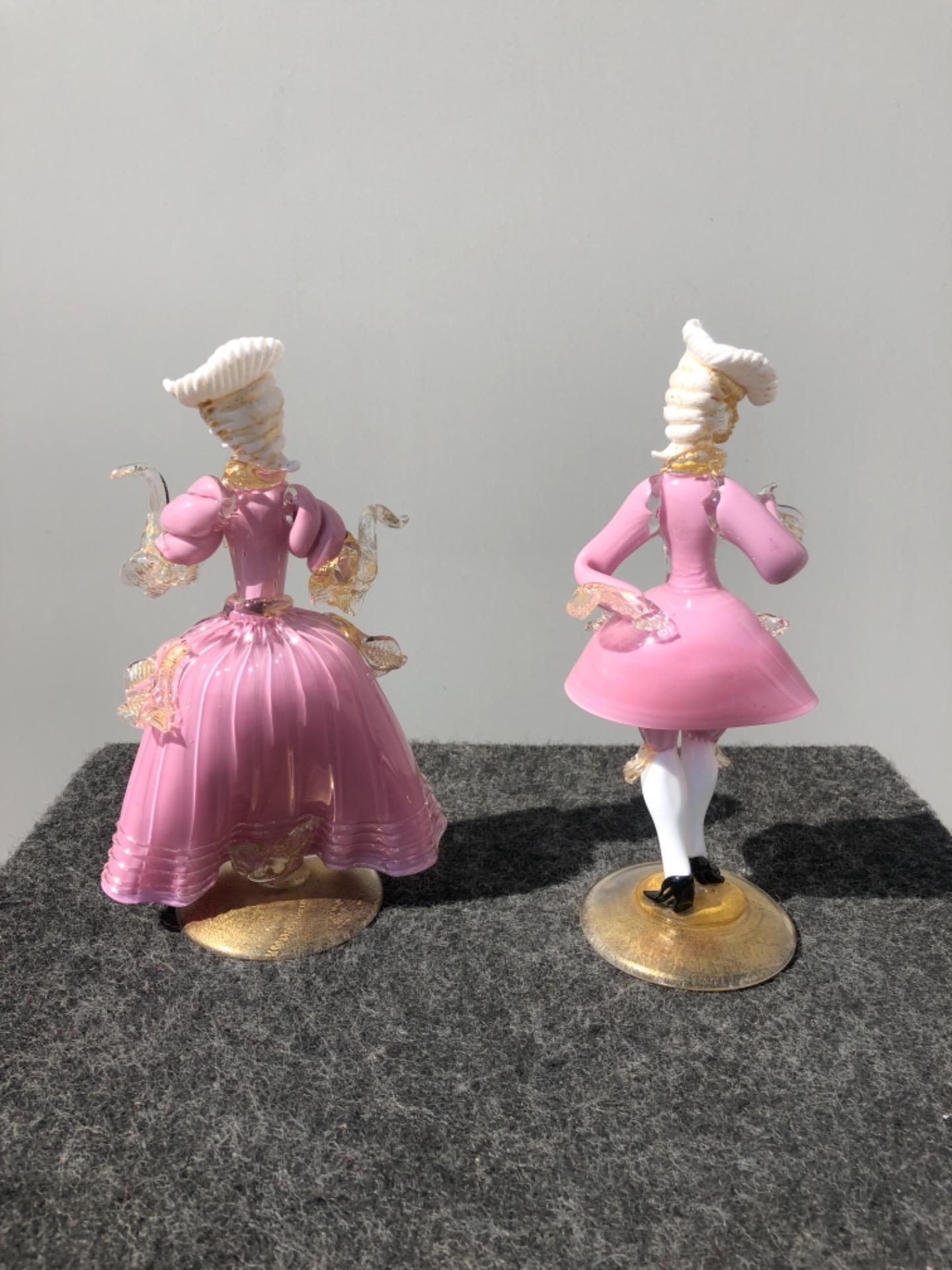 thumb2|Coppia di figure cavaliere e dama in vetro con inclusioni in oro.Murano