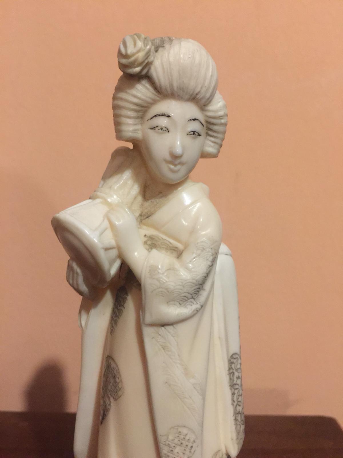 thumb2|Statuetta in avorio raffigurante donna orientale