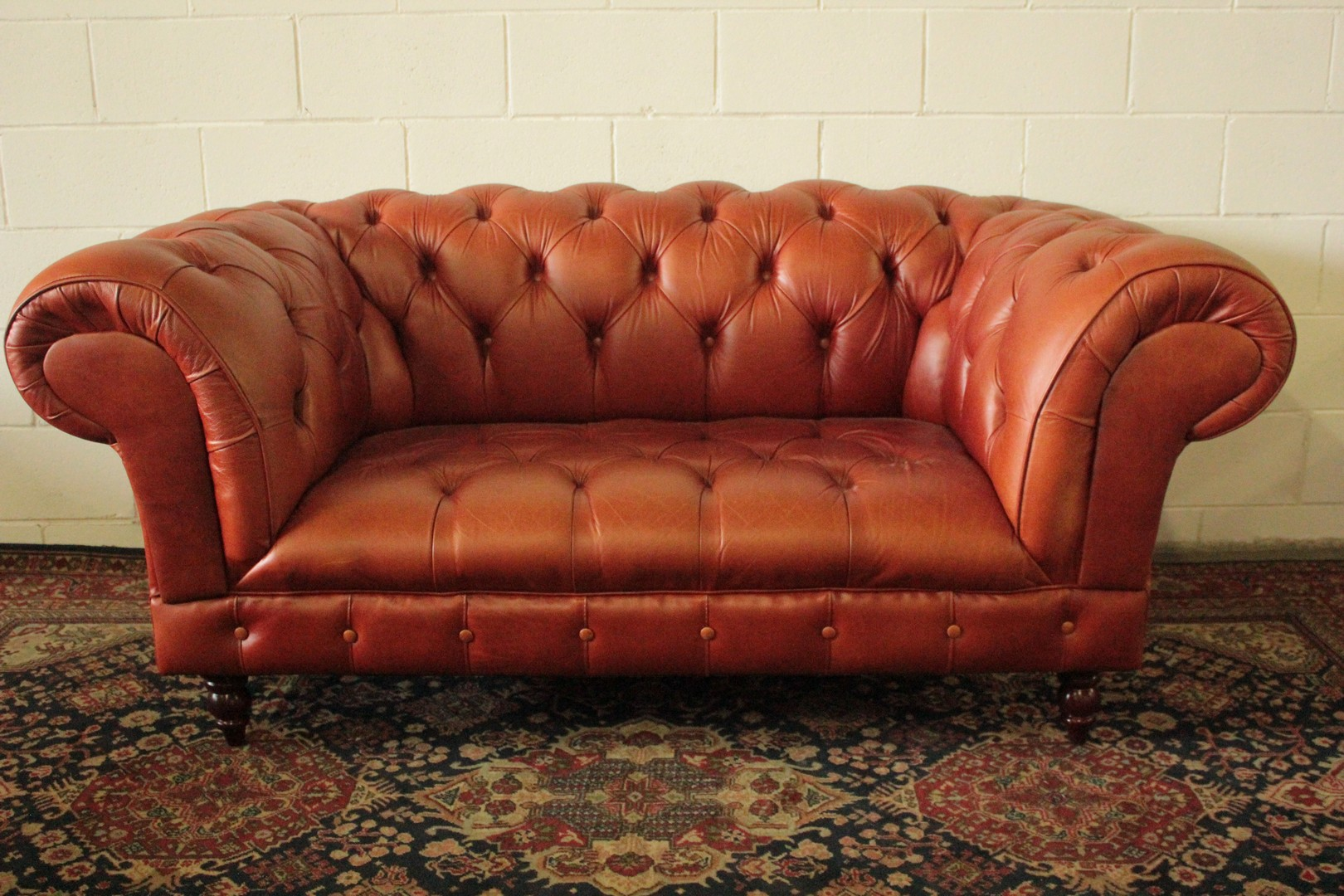 2 seater chesterfield sofa antique red for Divano winchester