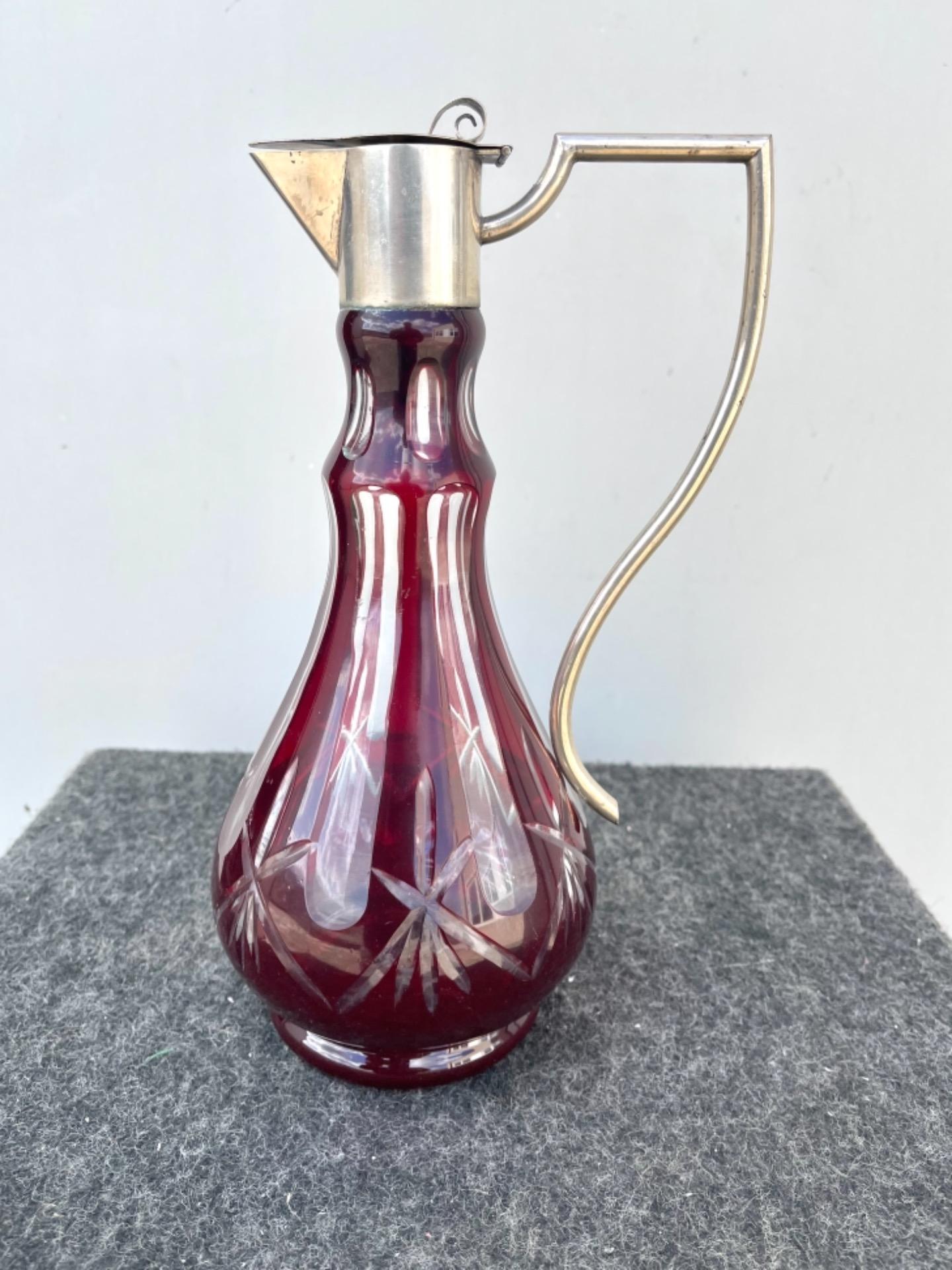 thumb2|Bottiglia boemia incamiciata e molata con motivi geometrici.Collo e tappo in argento con punzone italiano.