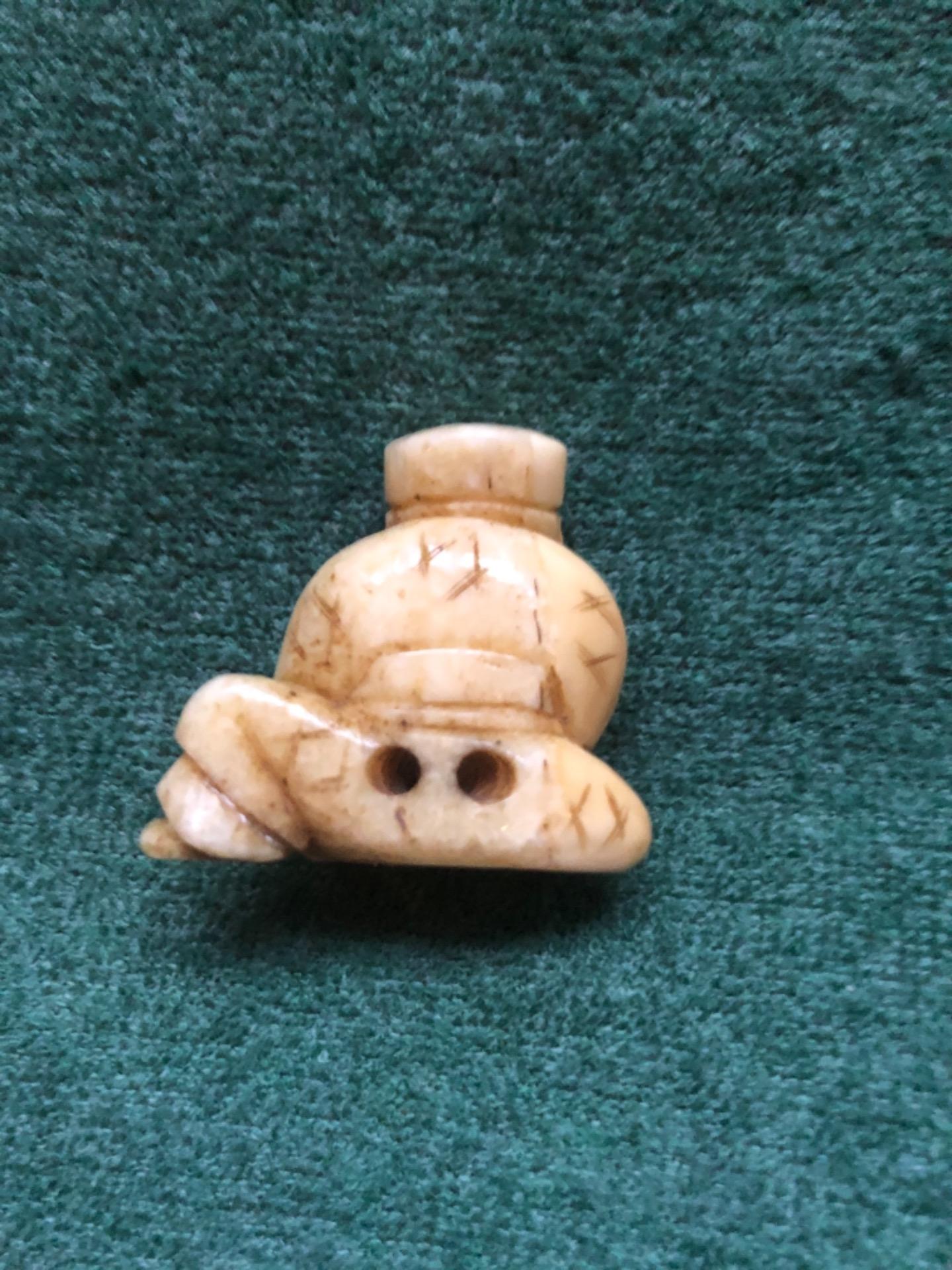 thumb2|Netsuke' in avorio con personaggio seduto con ceppo di legno.Giappone.