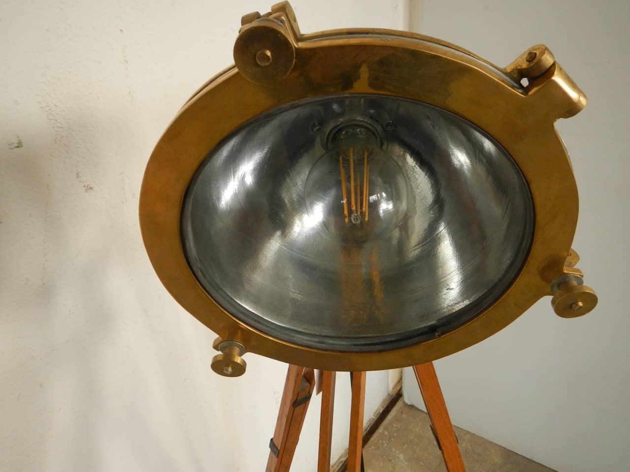 thumb8|faro navale con treppiede anni 50