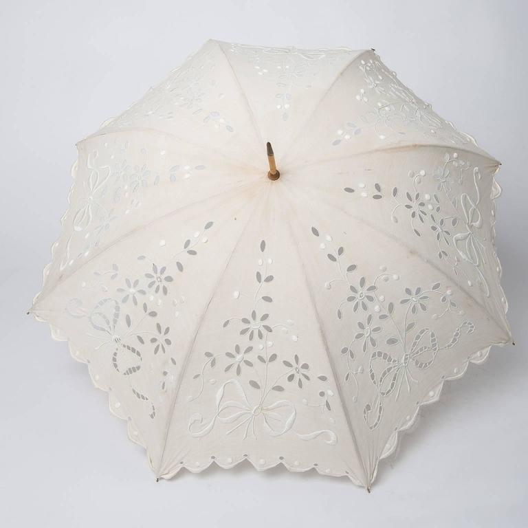 thumb2|Elegante parasole francese in tessuto ricamato