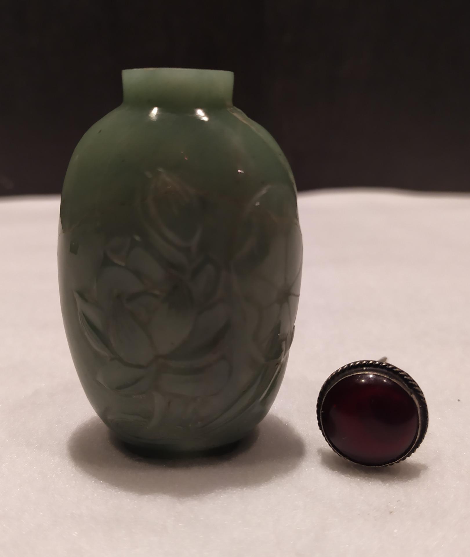 thumb7|Snuff bottle, porta tabacco fiuto, giada verde motivi floreali, Cina XX secolo