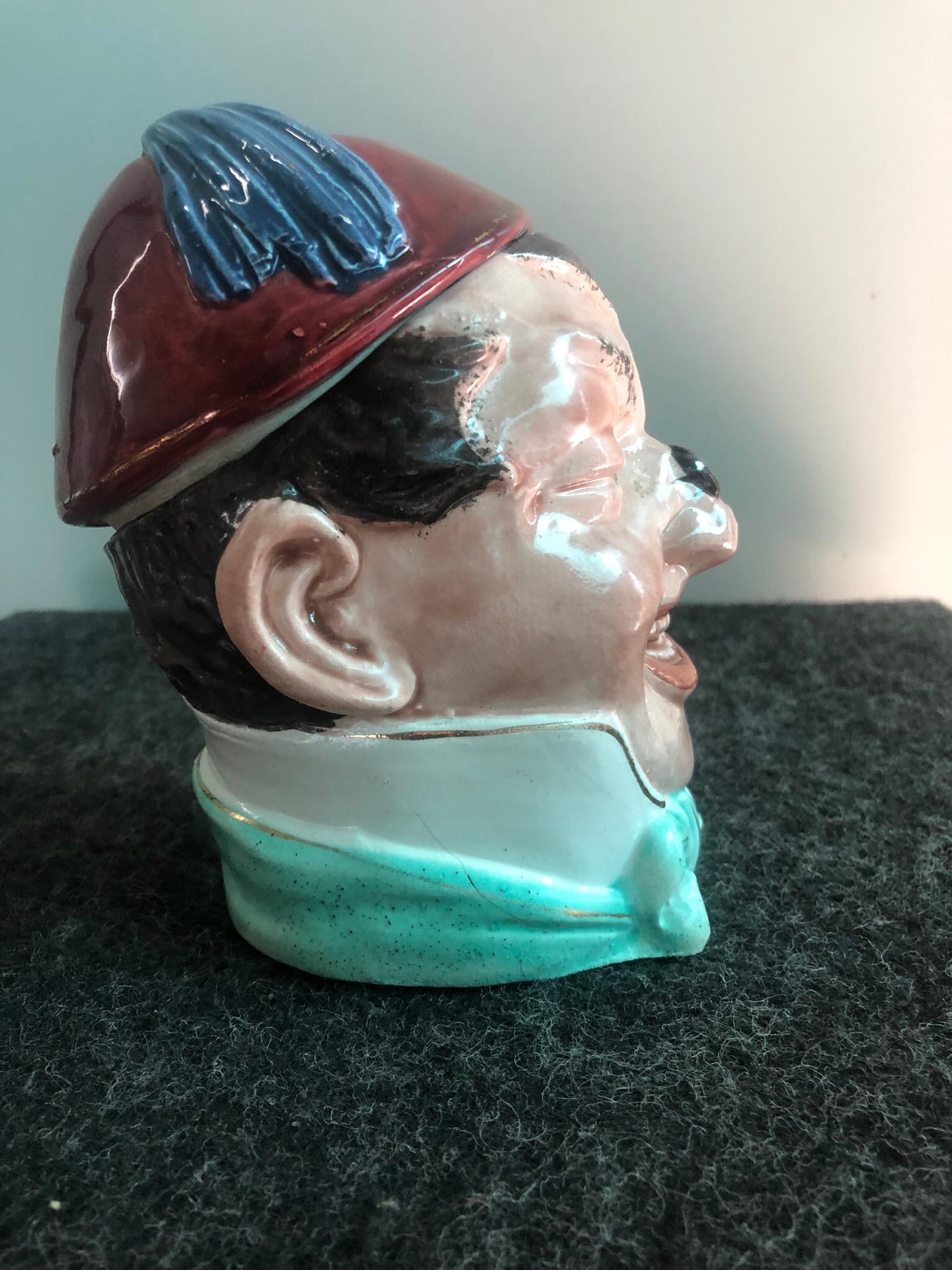 thumb4|Scatola porta-tabacco in terraglia raffigurante testa di personaggio con Mosca sul naso e fetz.Inghilterra
