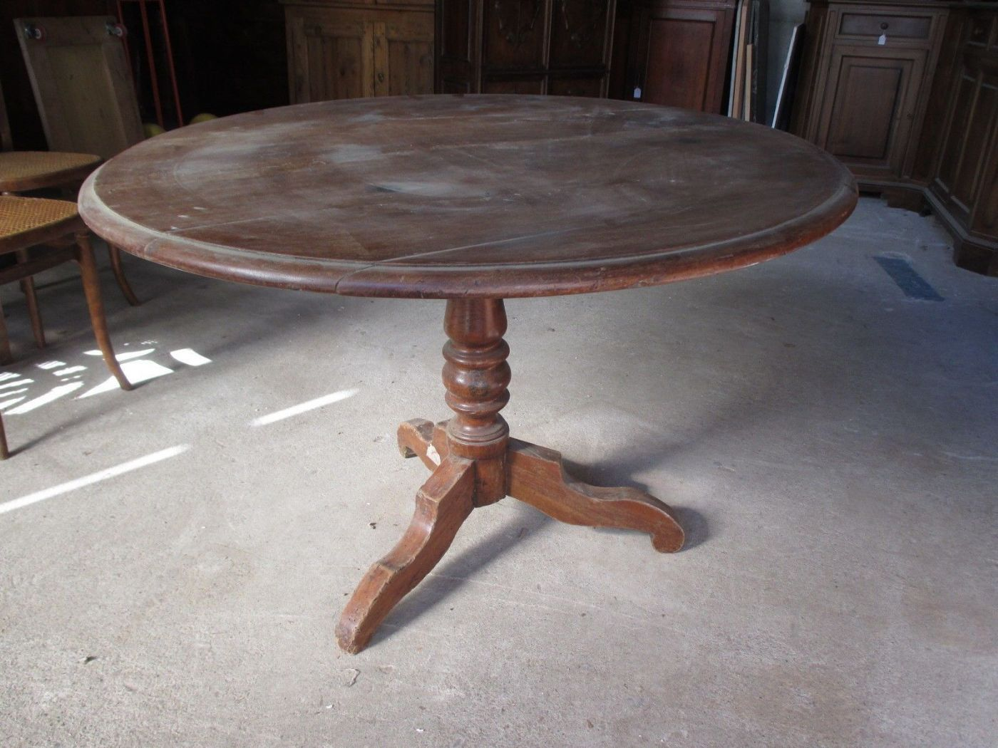 Tavolo Con Piede Centrale fixed round table in walnut with central leg - half of the