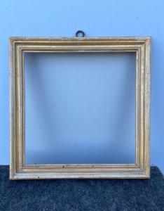 Cornice quadrata in legno intagliato e foglia oro.