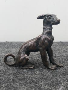 Piccola scultura in bronzo raffigurante un cane.Austria.