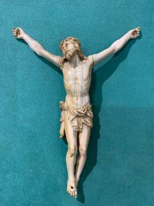 Cristo en marfil del siglo XVlll