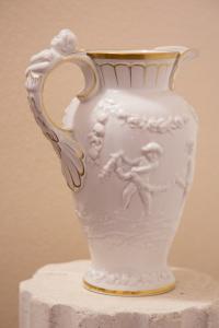 Brocca in porcellana bianca
