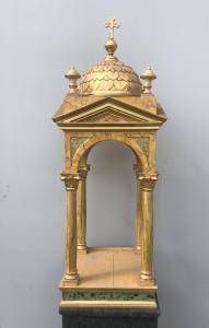 Templo-tabernáculo de madera dorada y marmolada.