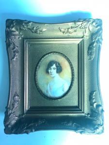 Miniatura sobre marfil con figura femenina. Firma y fecha: A. de Gaspari 1923.