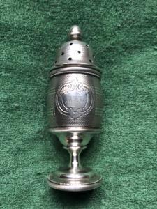 Spargizucchero in argento con motivo zigrinato e scudo con iniziali incise.( senza punzone)