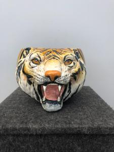 描绘老虎头的陶器花瓶,托斯卡纳西格纳制造。