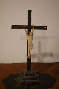 Antigo crucifixo francês de marfim de 1700