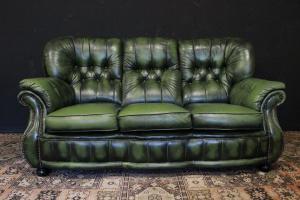 Original sofá Chesterfield de tres plazas en cuero verde claro