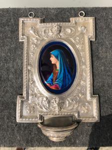 Acquasantiera in argento sbalzato con motivi art-nouveau e ovale in smalto (francese).Punzone italiano.