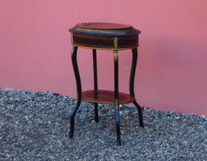 椭圆形镶嵌花坛茶几,可打开的顶部,到19世纪末!