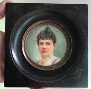 Miniatura su avorio raffigurante figura femminile.