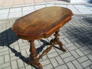 Tavolino lombardo, di piccole dimensioni, a biscotto. 99 l x 56 p x 78 h.
