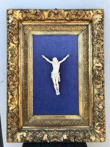 Cristo in avorio montato su cornice dorata e finemente intagliata.