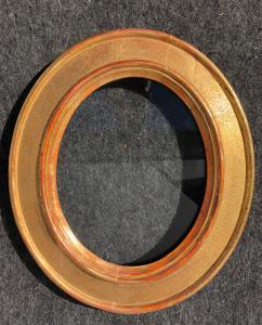 Geschnitzter Holzrahmen gepunktet und vergoldet.