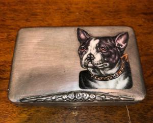 在银和搪瓷的烟盒与法国牛头犬狗。意大利。