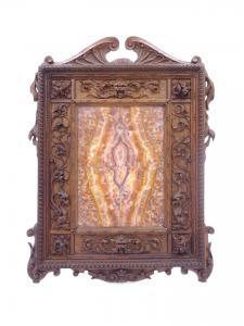Cornicetta in legno di noce finemente intagliata con composizione marmorea, Seconda metà XIX secolo