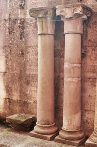 Колонны пар в камне