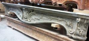 Camino tardo barocco in marmo Bardiglio