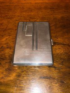 银色烟盒上刻有几何艺术装饰'd'eco'。意大利装饰。
