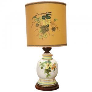 lâmpada de cerâmica artística pintada à mão com base de madeira por volta de 1980