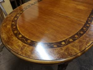 Extendable oval table