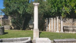 Colonna antica in marmo biancone