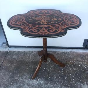 Журнальный столик с богато инкрустированным верхом с цветочными мотивами (древняя, но не оригинальная ножка) периода Луиджи Филиппо.