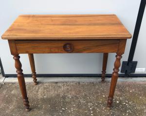 Журнальный столик из вишневого дерева с одним ящиком. Период Луи-Филиппа.