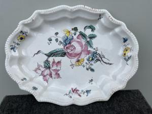 玛乔利卡(Majolica)盘饰有玫瑰的第三束光,由Giacomo Boselli制造。