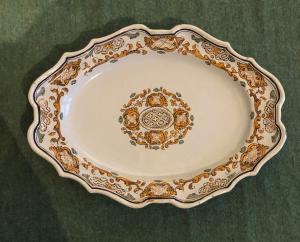 Piatto ovale decorato in stile 'moustiers',Manifattura San Carlo della Real Fabbrica di Caserta.